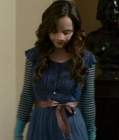 Christina Ricci's outfit in Penelope movie. Again, not a great pic, but I love this! Especially layering with the striped sleeves. Mature Fashion, Quirky Fashion, Retro Fashion, Penelope Film, Alice In Wonderland Dress, Christina Ricci, Movie Costumes, Simple Dresses, Pretty Outfits