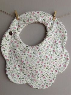 Baby diy to sell shower gifts Ideas Baby Sewing Projects, Sewing For Kids, Sewing Tutorials, Sewing Crafts, Sewing Diy, Couture Bb, Diy Bebe, Baby Bibs Patterns, Bib Pattern