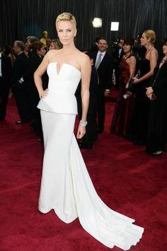La actriz Charlize Theron llega a la alfombra roja con un espectacular vestido de alta costura de Dior. Lleva el pelo así de corto por el rodaje de Mad Max, donde aparece con el pelo rapado.  JEFF KRAVITZ (FILMMAGIC)