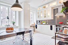 Светлая кухня - столовая   #белый #крашенныйпол #кухня #мозаика #столовая #фартук