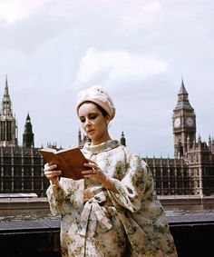 Liz Taylor is reading. London 1960.