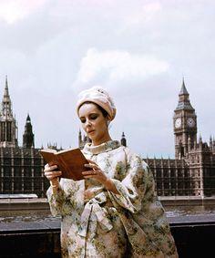 Liz Taylor is reading. London 1960.
