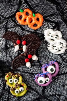 Halloween Chocolate Covered Pretzels are an easy treat to make and enjoy with the kids. Halloween Snacks, Soirée Halloween, Halloween Baking, Halloween Goodies, Halloween Birthday, Halloween Cupcakes, Halloween Food Ideas For Kids, Homemade Halloween Treats, Halloween Juice