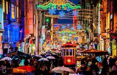 土耳其人因為信仰伊斯蘭的關係過聖誕節氣氛並不濃厚,但這節日的商業氣息也多少滲入了社會的角落,尤其像在伊斯坦布爾這樣的第一大城@新城區的獨立大街Taksim/Istiklal Caddesi。 ©Mahmood Al-jazie