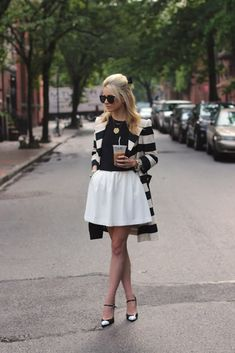 This perfectly combined black and white outfit is beautiful and timeless.