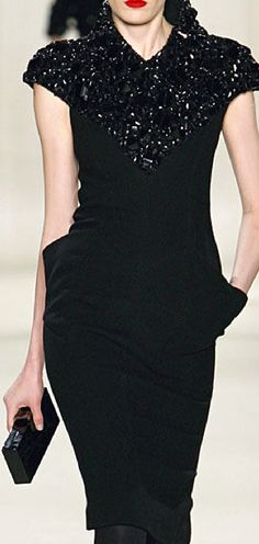 Elie Saab v black dress version Couture Fashion, Runway Fashion, Womens Fashion, Love Fashion, High Fashion, Fashion Design, How To Have Style, Mundo Fashion, Vogue