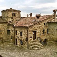Fuori dal mondo. Il borgo medievale di Votigno di Canossa (RE) - Instagram by essetigia