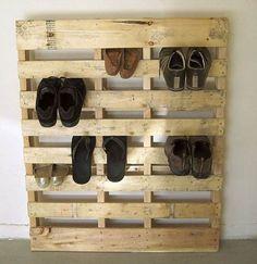 Pallet projects - easy DIY pallet projects for beginners - Pallet shoe rack for shoe storage - Super simple DIY pallet project - make a shoe rack with an old wood pallet! Wooden Pallet Shelves, Wooden Pallets, Pallet Wood, Outdoor Pallet, Diy Décoration, Easy Diy, Simple Diy, Super Simple, Diy Pallet Furniture