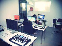 La nostra sala attrezzata con iMac e tastiere Akai