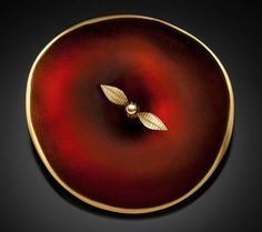 Donald Friedlich, Apple brooch, 2013, glass, 22-, 18-, and 14-karat gold