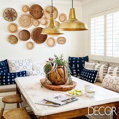 Mobiliário e adornos em madeira contrastam com luminárias em estilo industrial