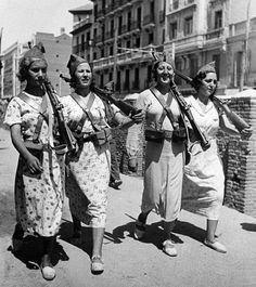 Cuatro republicanas bien armadas patrullan la ciudad de Madrid, año 1937.  DefensaDeMadrid