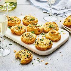 Smördegssnittar är ett perfekt tilltugg till mingelfester och passar till såväl glögg som skumpa. Snabblagat med färdig smördegsrulle som fylls med godsaker som rostade hasselnötter och persilja. Hjälten är riven lagrad prästost som gör dessa ostsnurror till festen medelpunkt. Food For A Crowd, Canapes, Starters, Finger Foods, Tapas, Appetizers, Finger Food, Appetizer, Entrees