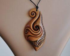 Gancho de pescados maorí y diseño dual koru. Tallada por JackieTump