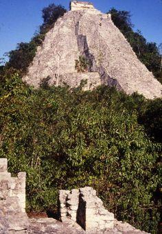 Pirámide del Nohoch Mul de 1998, Cobá. Quintana roo, México. Fotografía: Mediateca INAH. Quintana Roo Mexico, Maya Architecture, Mayan Ruins, Archaeological Site, Peru, Chile, Map, World, Travel