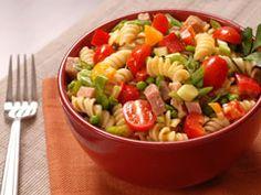 Nos recettes de salades de pâtes Fraîches et économiques, les salades de pâtes sont idéales au quotidien, mais parfaites également pour les buffets et barbecues notamment parce qu'elles se préparent facilement à l'avance. Aux crevettes, à la feta, au jambon, aux anchois ou aux asperges, découvrez nos recettes de salades de pâtes.
