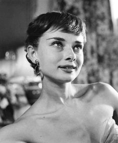 Audrey Hepburn photographed at a benefit premiere for Roman Holiday, Sept. Style Audrey Hepburn, Audrey Hepburn Photos, Aubrey Hepburn, Divas, Roman Holiday, Classic Beauty, Old Hollywood, Black White, Role Models