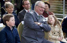 Los príncipes Christian e Isabella con su abuelo, el príncipe Henrik, en el zoo de Copenhague #royals #royalty