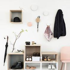 """Kleiner Flur? Wandhaken statt Garderobe! Die Familie von verschieden großen Wandhaken ist eine Bereicherung für jede Wand. Die runde Form der """"The Dots"""" von Muuto sorgt für größten Komfort für all deine Kleider. Bei der Anordnung der """"Punkte"""" an Ihrer Wand, sind der Kreativität keine Grenzen gesetzt. Besonders in Kombination mit dem Nerd Chair und den Stacked Regalmodulen sind die Wandhaken ein echter Hingucker. Foto: Muuto"""