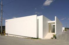 몽환적인 아름다움을 보여주는 미니멀리스트 주택 (출처 Juryeong Kuhn) Architecture 101, White Houses, Interior And Exterior, Facade, Building A House, House Plans, New Homes, House Design, Outdoor Decor