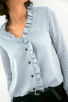 La greffe a pris – L'Annexe dilettante - moda Blouse Styles, Blouse Designs, Diy Clothes, Clothes For Women, Diy Vetement, Short Tops, Mode Outfits, Refashion, Ruffles