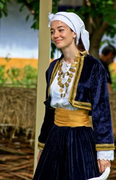 Beautiful woman in traditional costume - from Greece Medieval Costume, Folk Costume, Oriental Fashion, Ethnic Fashion, Empire Ottoman, Beautiful People, Beautiful Women, Costumes Around The World, Greek Culture