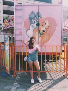 Look parque de diversões candy color, cropped rose com jardineira e tenis branco
