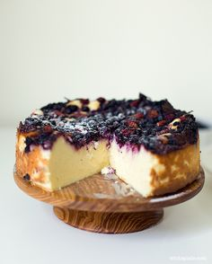 Cheesecake w/mixed berries -- 800 g good rural cottage cheese, 5 large eggs, 150g C Baker's Sugar, 1 teaspoon vanilla extract, 1 tablespoon cornstarch, 300 g berries