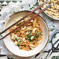 Risnudlar med svarvade morötter och tahinisås // rice noodles with carrot swirls and tahini sauce Tahini Sauce, Rice Noodles, Japchae, Swirls, Carrots, Food And Drink, Snacks, Foods, Ethnic Recipes
