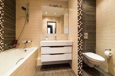 Az alábbiakban 8 különböző kis fürdőszoba berendezésének és dekorációjának terveit láthatjátok, 4 fürdőkáddal, 4 zuhanyfülkével szerelt. A burkolatok és színek különböző hangulatokat eredményeznek, a legtöbb burkolat és berendezés variáció kifejezetten világos - kis alapterületen előnyösebb választás. Brown Bathroom, Alcove, Toilet, Sweet Home, Bathtub, Shower, Interior, House, Design