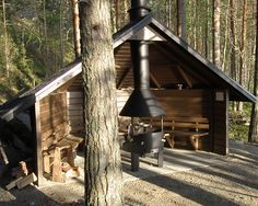 Would mod, but nice idea about the center chimney Outdoor Shelters, Outdoor Sheds, Outdoor Life, Outdoor Fun, Outdoor Spaces, Outdoor Gardens, Outdoor Living, Bbq Hut, Survival Shelter