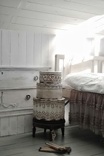 Shabby Bedroom, Shabby Cottage, Cottage Chic, Farm Cottage, Farm House, Shabby Chic Decor, Vintage Decor, Vintage Store Displays, White Rooms