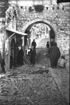 مدينة صفد - شمال فلسطين : منظر في احدى شوارع المدينة الصورة في عام 1934