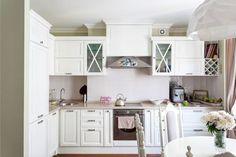 Маленькая белая классическая кухня