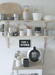 Open plankjes met prachtige keukenspullen #libelle