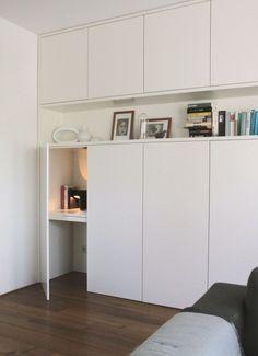 壁面収納キャビネットの中に隠れるワークスペース 電源と照明も用意