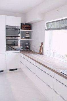 Weiße lange Küchenzeile.