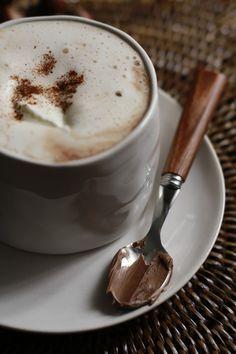 Chocolate Caliente De Nutella Ponemos una taza y media de leche en una olla pequeña, cuando veamos que la leche ya se empieza a calentar le echamos dos cucharadas de Nutella y removemos hasta que este bien fundida, dejamos hervir durante 3 min y listo. http://breakfastlover.blogspot.com.es/
