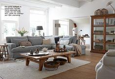 Huiskamer             Inspiratie binnenkijker Klassiek chic - een riante hoekbank en stoere tafel en een mooie houten vloer geven het een stijlvolle uitstraling