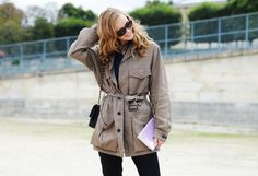 Beige trench with tortoiseshell shades and black side satchel
