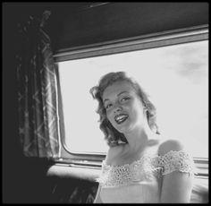 """1949 / Marilyn est en voyage à travers les Etats-Unis pour promouvoir le film """"Love Happy"""". Elle se rend à New York, chargée par le magazine """"Photoplay"""" de participer à la remise du concours """"Dream Home"""" (""""Maison de Rêve"""") organisé par le magazine. Marilyn est accompagnée des acteurs Don DEFORE et Lon McALLISTER qui la suivirent dans le train et lors de la remise du prix qui se déroule à Warrensburg, New York. Marilyn, ayant entendue dire qu'à New York il faisait toujours beaucoup plus froid…"""