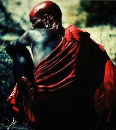 Salve o Senhor das Encruzilhadas, dos encontros e desencontros. Princípio negativo do Universo. Exu que está na terra, no fogo, no ar e na água. O que detêm o poder da transformação. Eu te saúdo: Laroiê, faz-me Exu, viver bem, dai-me a vitalidade, a alegria e a vitória sobre aqueles que não me querem bem.  Laroiê Exu! Exu é Mojubá!  Axé da vida meu compadre, abre meus caminhos e me conduza a vitória.