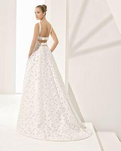 Vestido de novia estilo línea A en jacquard, con espalda escotada y bolsillos. Colección 2018 Rosa Clará Couture.