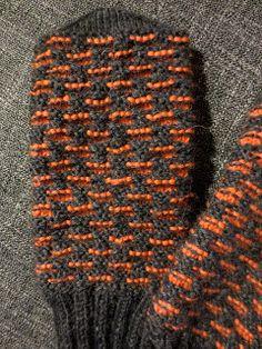 Knitted Mittens Pattern, Knit Mittens, Knitting Socks, Crochet Chart, Knit Crochet, Yarn Crafts, Diy And Crafts, Warm Outfits, Tartan
