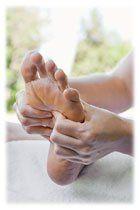 La gymnastique des pieds qui allie rotations et flexions chasse rapidement les douleurs dans les jambes et active la circulation sanguine, stimulant ainsi le retour veineux. Elle muscle les pieds, modèle les chevilles et arrondi le coup de pieds. Un soin 3 en 1 facile à réaliser !