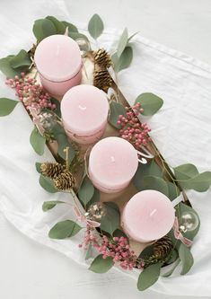"The pink pepper is my absolute highlight with this ""Advent wreath"" and .- Der rosa Pfeffer ist mein absolutes Highlight bei diesem ""Adventskranz"" und … The pink pepper is my absolute highlight on this … - Christmas Candles, Christmas Balls, Winter Christmas, Christmas Time, Christmas Wreaths, Christmas Crafts, Xmas, Advent Wreaths, Nordic Christmas"