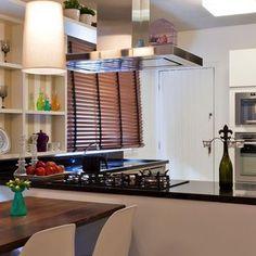 Cozinha com bancada Escura