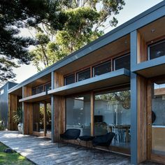 Another really attractive renovation incorporating wood and metal in the facade. This seems to be the current trend in housing. Redhead Alterations by Bourne Blue Architecture 3 Architecture Résidentielle, Australian Architecture, Modern Tropical House, Tropical Houses, Louvre Windows, Timber Cladding, Aluminium Cladding, Chaise Vintage, Prefab Homes
