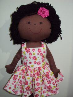 Boneca negra: corpo em malha com enchimento de fibra siliconizada e cabelos em lã.  Vestido em tricoline. R$ 60,00