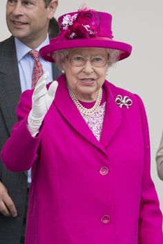エリザベス女王90歳の公式誕生日を祝うために1万人以上が集まる